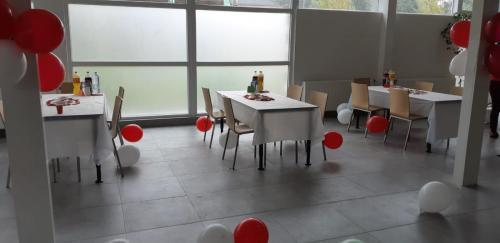 tafels door huurder aangekleed